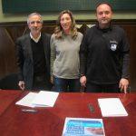 Un representant de l'associació amb la regidora Mar Sánchez i l'alcalde Josep Mayoral