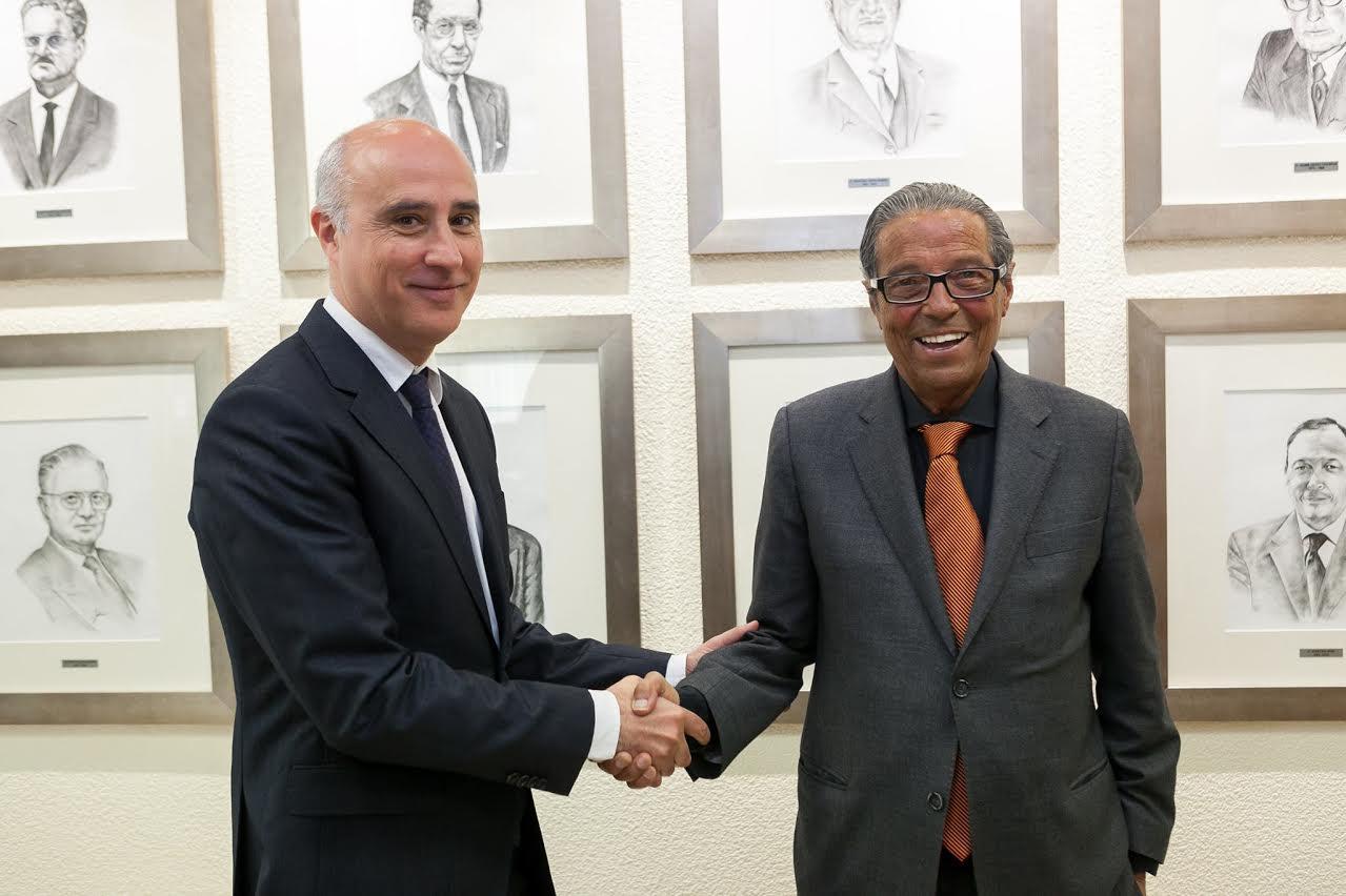 Josep Rius i Vicenç Paituví han firmat l'acord a la sala de juntes de la mutualitat