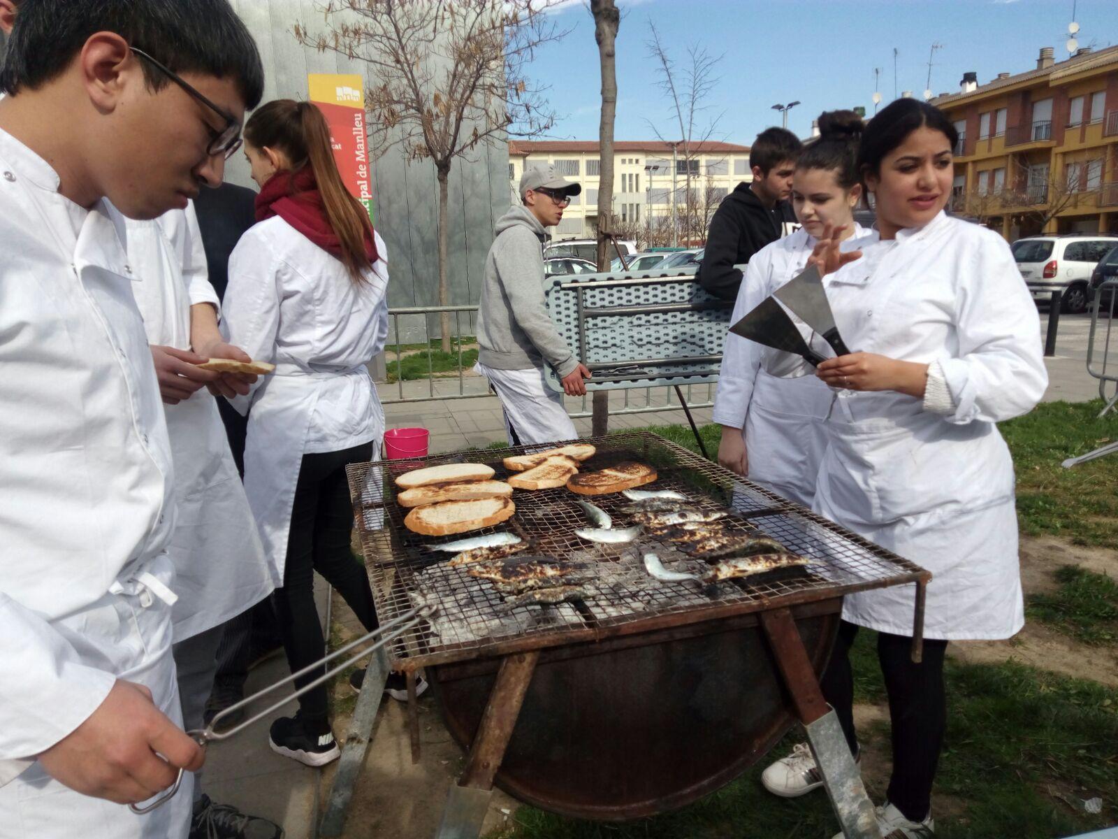 Sardinada organitzada pels comerciants del Mercat Municipal juntament amb els alumnes del curs d'auxiliar de cuina