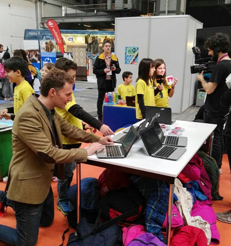 Els nens i nenes de l'escola Vedruna de Ripoll van rebre la visita del científic i presentador del programa 'Dinàmiks' del Súper 3,Dani Jiménez
