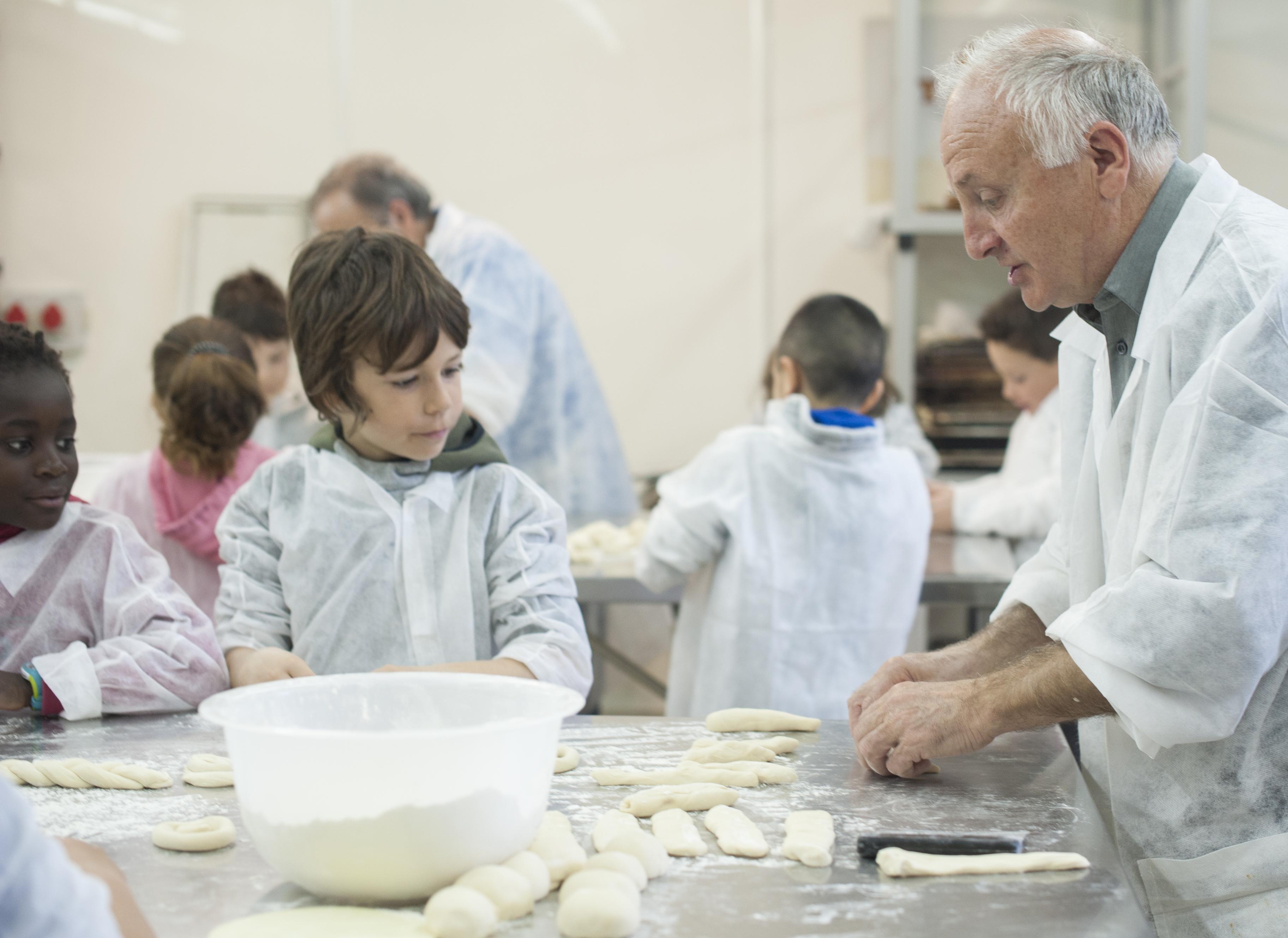 Imatge de la part pràctica del taller, a la Planta Pilot del Pa Jaume Giralt
