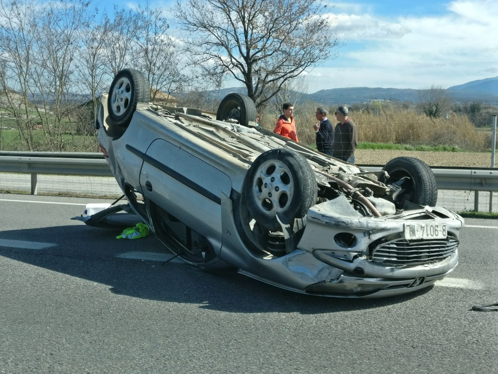 El cotxe, un Peugeot, ha quedat bolcat enmig d'un dels carrils de la C-17