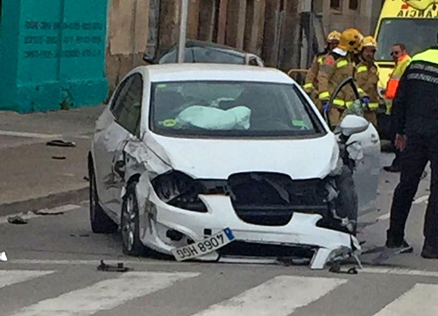 Un dels cotxes afectats al mig del carrer