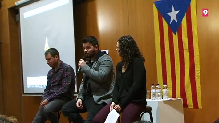 Rufián durant l'acte a Taradell amb Jordi Freixas, president d'ERC Taradell i la regidora d'ERC, Mercè Riera durant l'acte