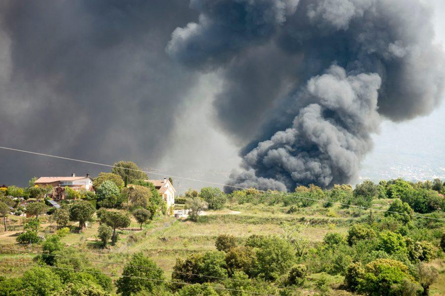 La columna de fum provocada pel foc / Toni Torrillas