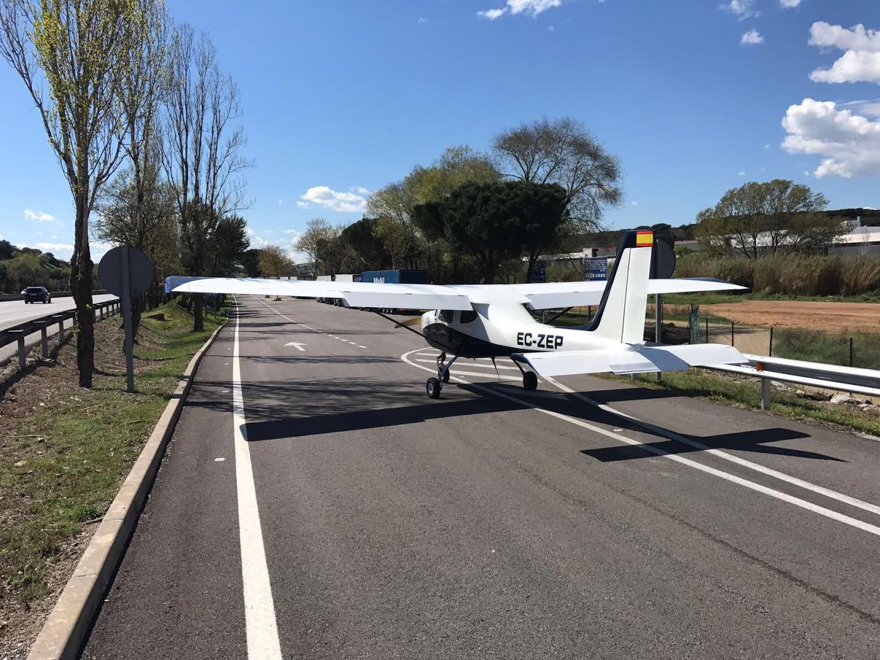 L'avioneta a l'àrea de descans després de l'aterratge