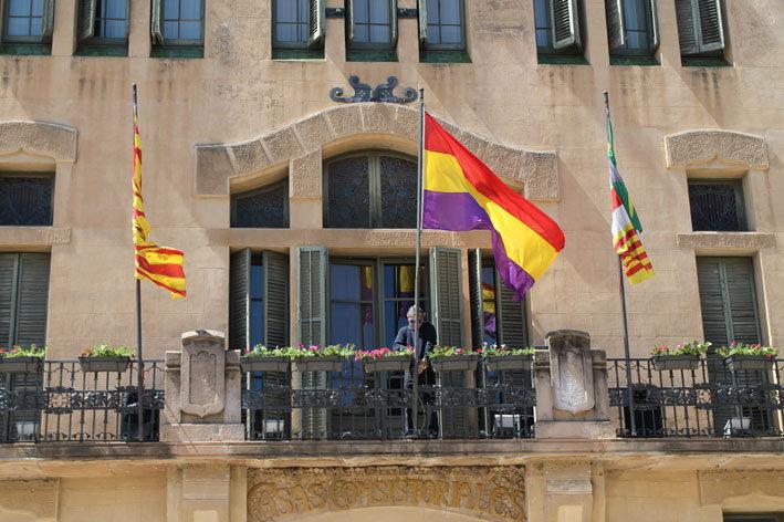La bandera republicana al balcó de l'ajuntament de les Franqueses
