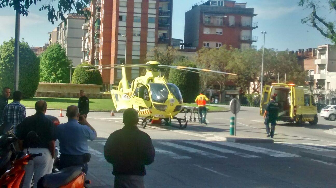 L'helicòpter a la banda nord de la plaça Serrat i Bonastre aquest dilluns al matí