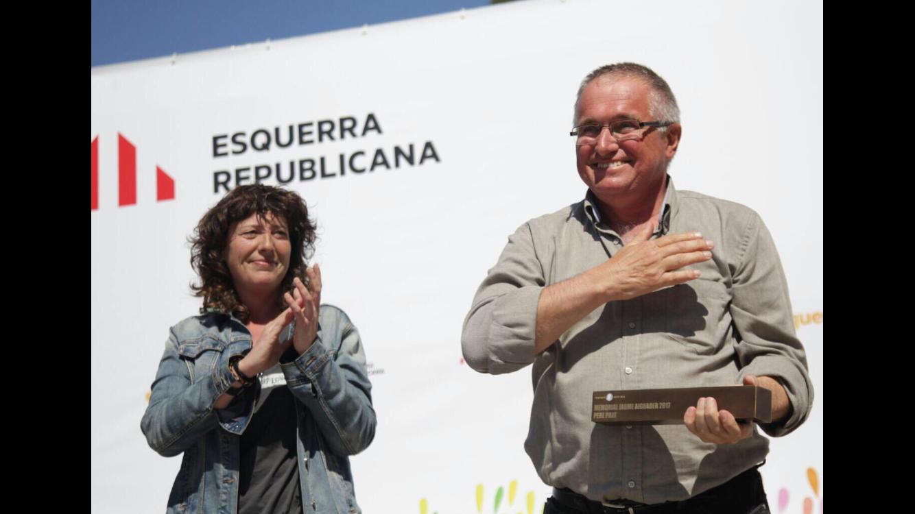 Pere Prat en el moment de rebre el guardó amb Teresa Jordà
