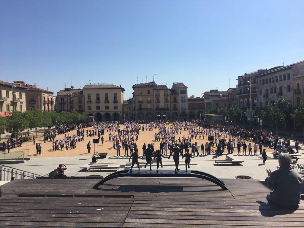 Vista de la plaça amb els joves balladors