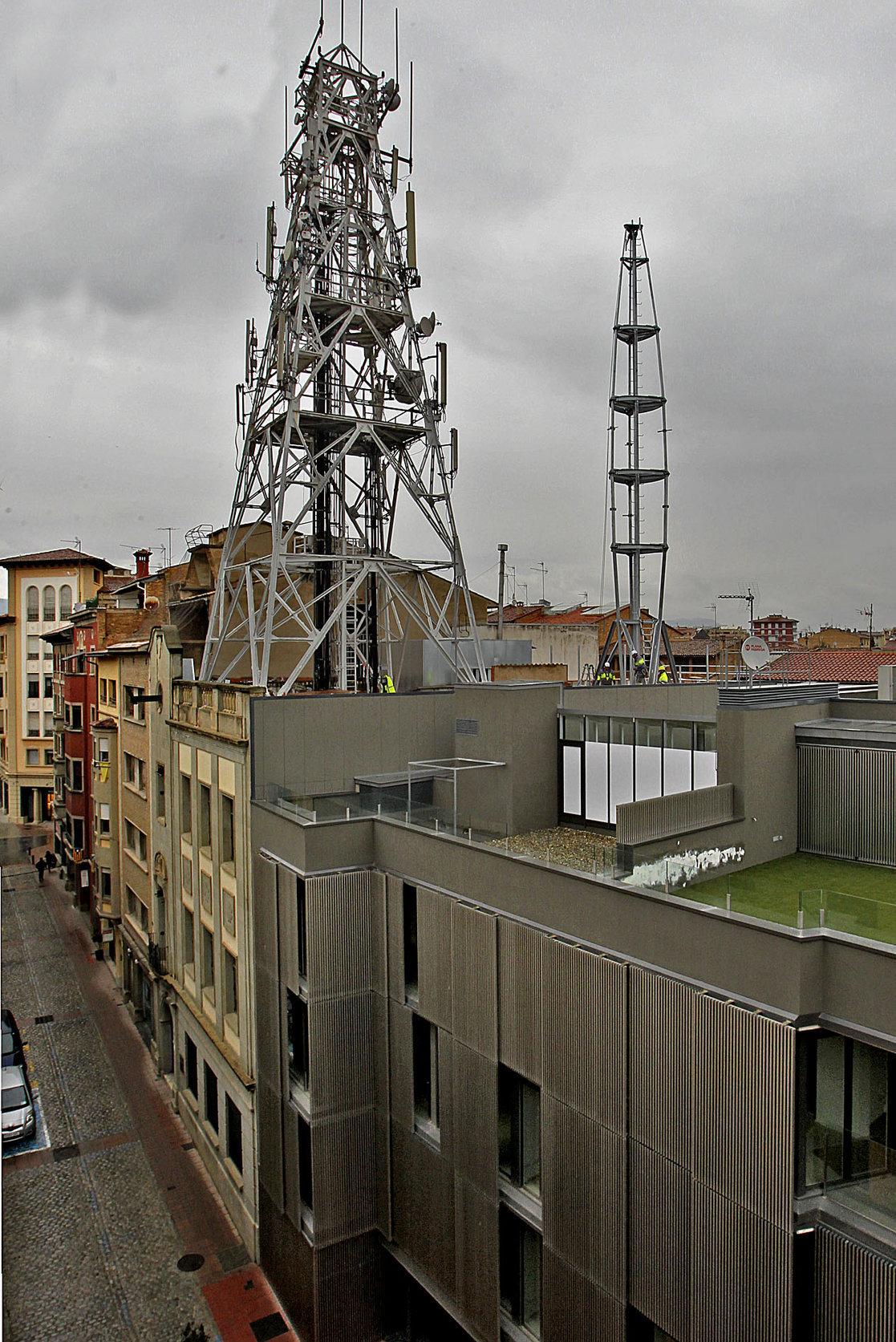 L'antiga antena es va substituir per una de nova, però hi continua essent