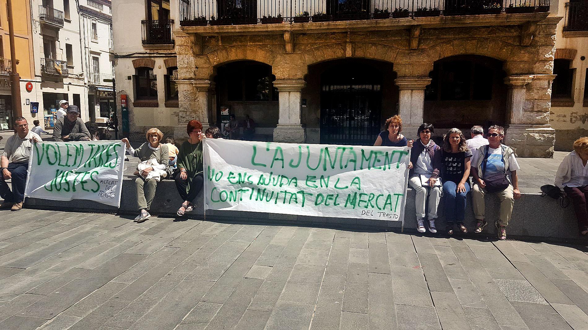Alguns paradistes i membres de Talp es van manifestar dissabte al matí a la plaça de la Vila de Sant Celoni