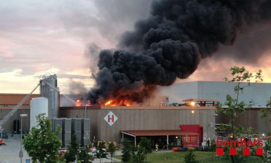 Les flames han provocat una espessa capa de fum a primera hora del vespre // Bombers de la Generalitat