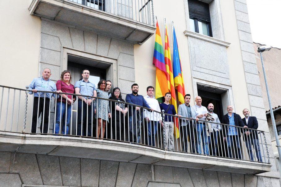 La bandera va ser cedida per l'associació LGTBI TALCOMSOM