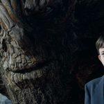 Lewis MacDougall amb el monstre, interpretat per Liam Nesson, en un moment de la pel·lícula