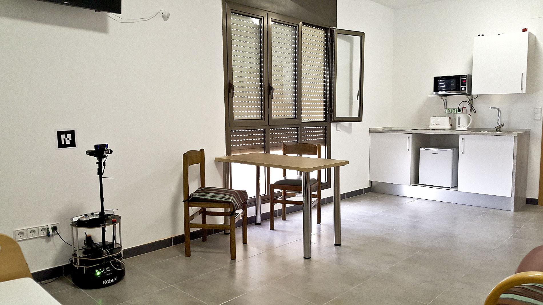 La sala domotitzada del geriàtric, amb el robot a l'esquerra