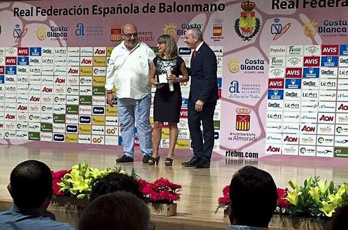 Montse Serra en el moment de rebre el premi
