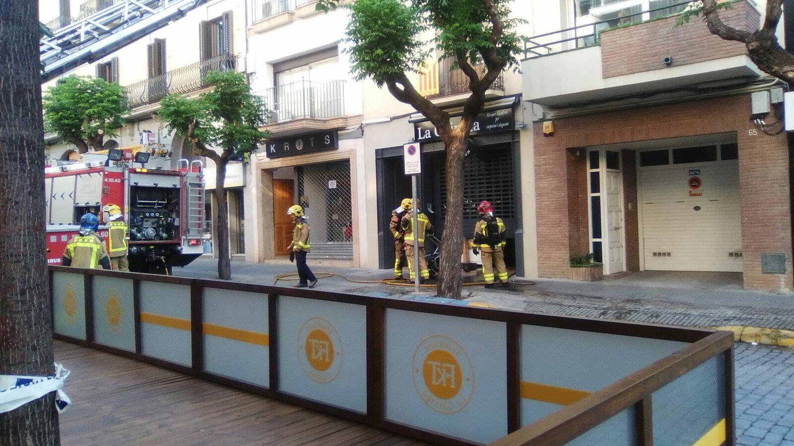 Els bombers actuant a l'establiment afectat pel foc