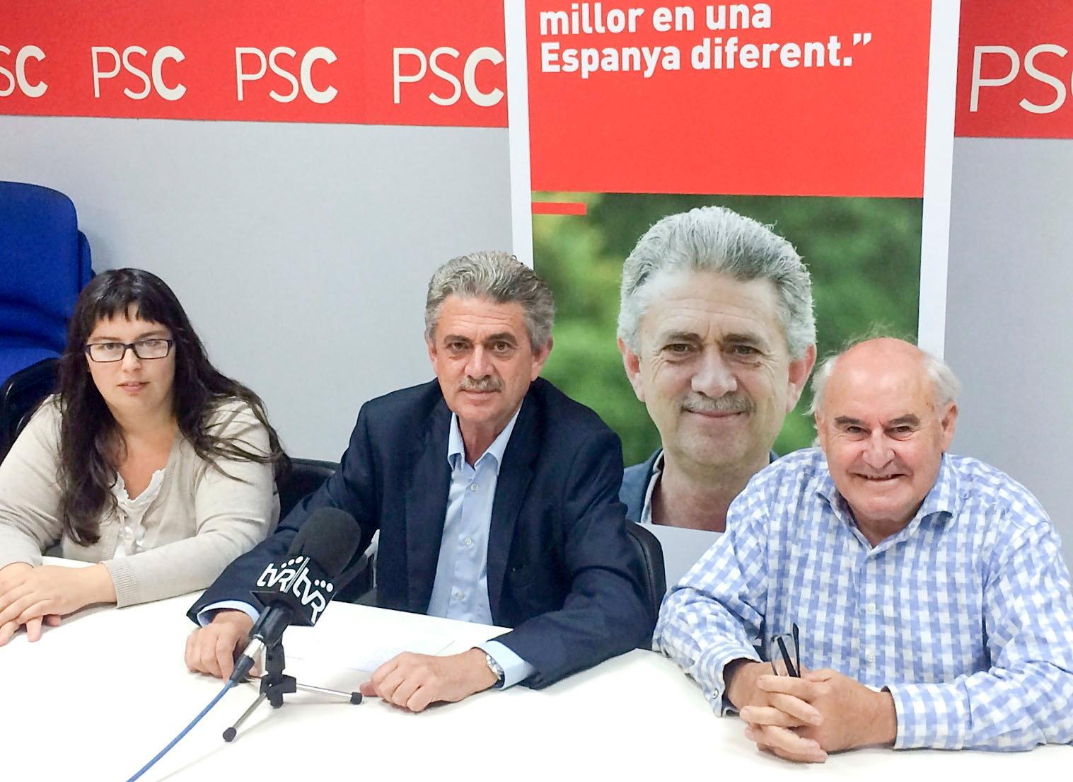 Anna Belén Avilés i Carlos Fernández flanquegen Rafel Bruguera en un acte electoral del PSC