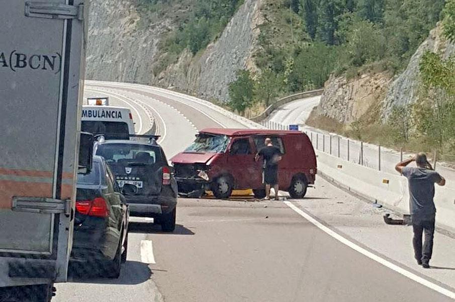 La furgoneta accidentada al mig de la C-17 a Orís