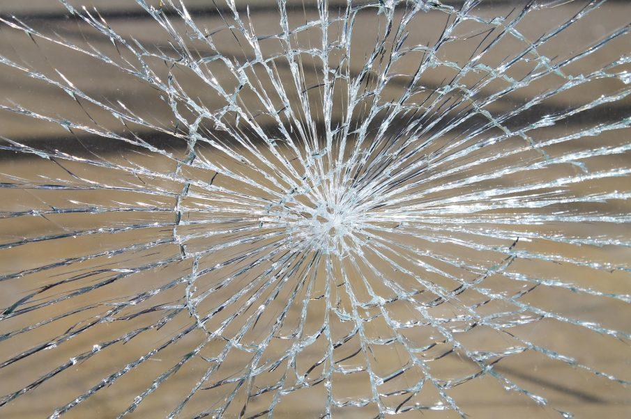 El detingut va ser enxampat trencant un vidre d'un cotxe