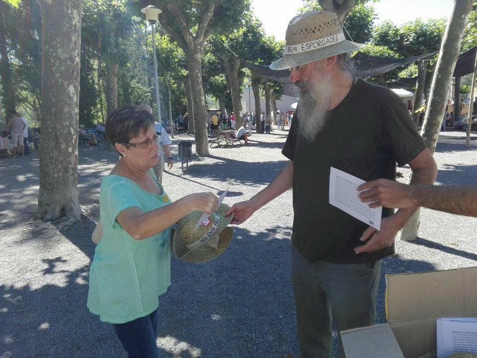 El regidor de la CUP, Santi Llagostera, donant un barret a una dona