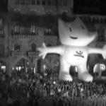 La mascota Cobi a la plaça Major de Vic
