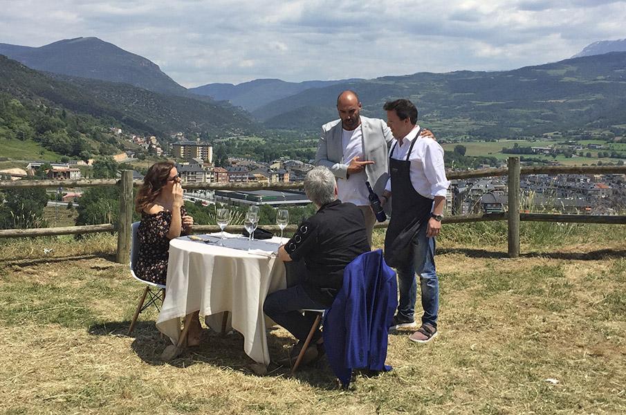 Llucià Ferrer durant la gravació d'un dels programes que uneix Màrius Serra i Marta Torné