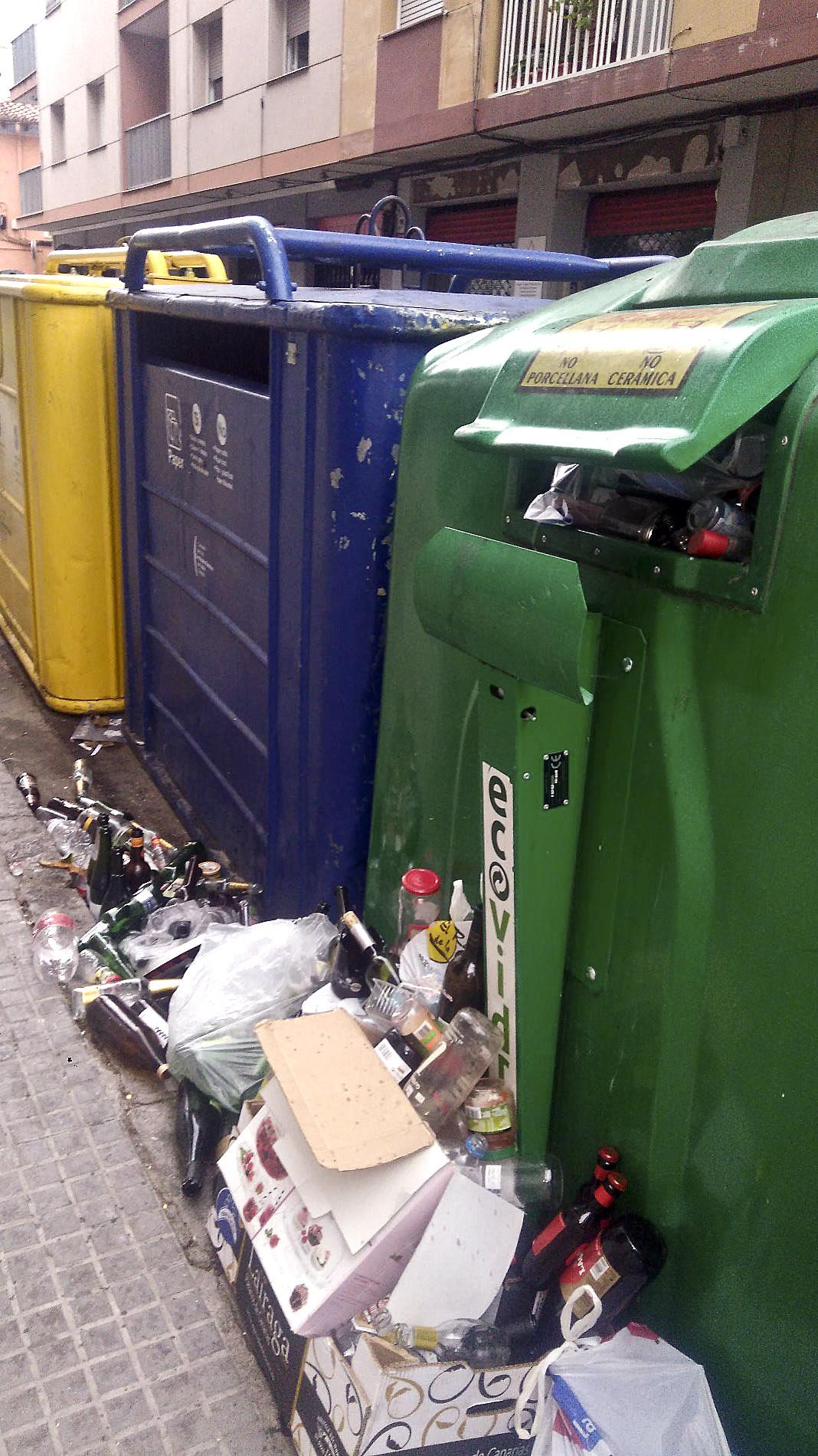 Brossa fora de contenidors a Mollet