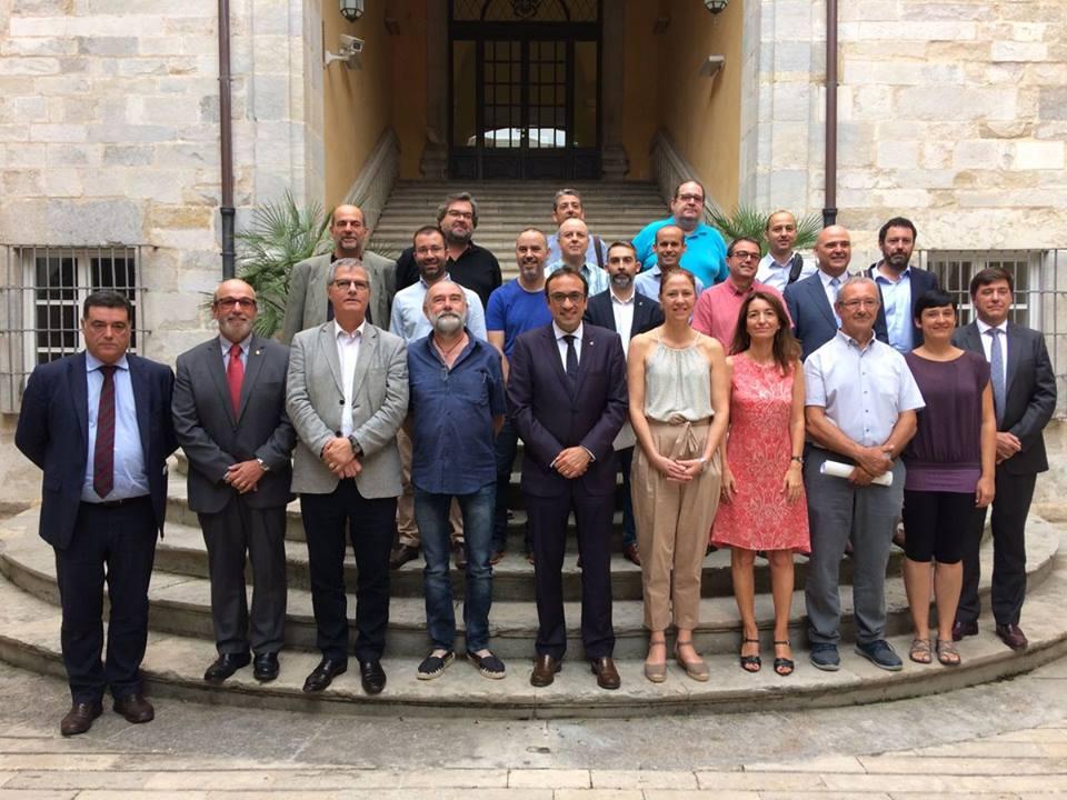 Foto de família d'institucions i entitats representades a la taula de diàleg que ha signat l'acord