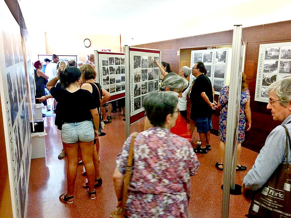 A l'entrada del teatre es van exposar les fotografies recopilades per Xavier Calam que apareixen al film d'Esteve Rovira