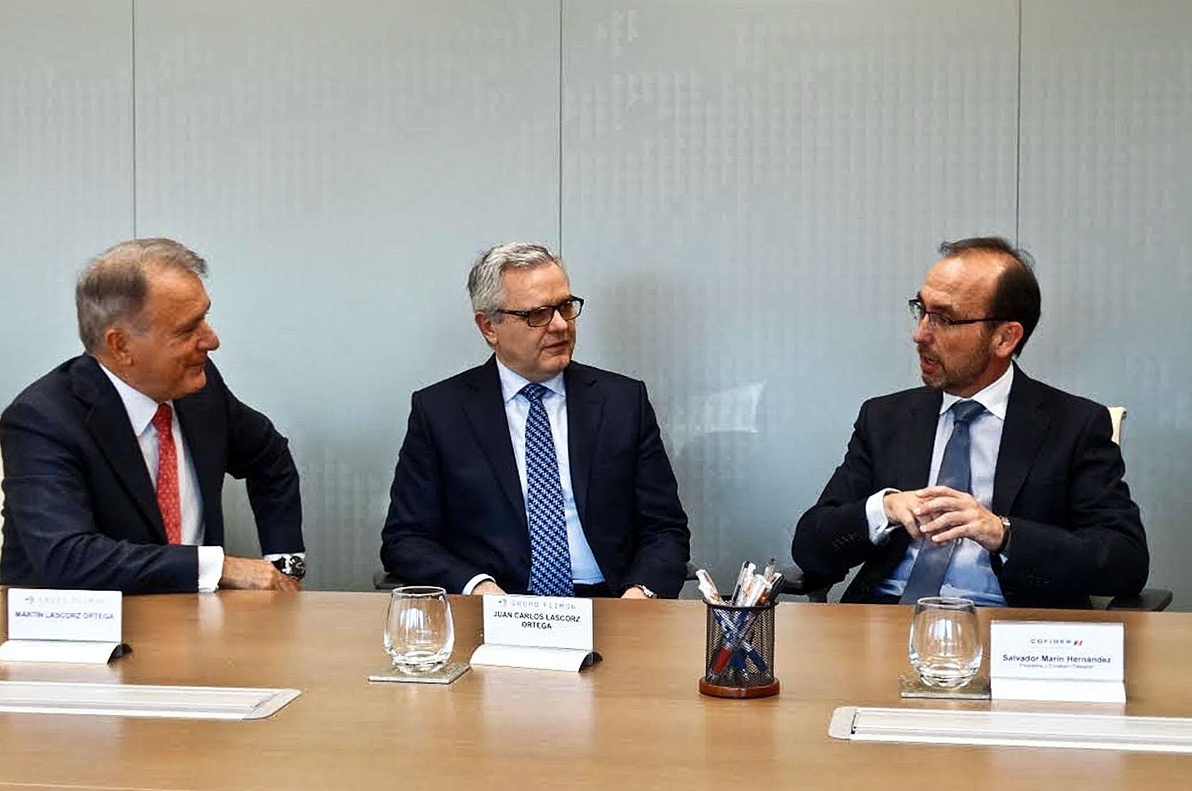 Martín i Juan Carlos Lescorz, responsables del grup Plimon, amb el president de Cofides, Salvador Marín