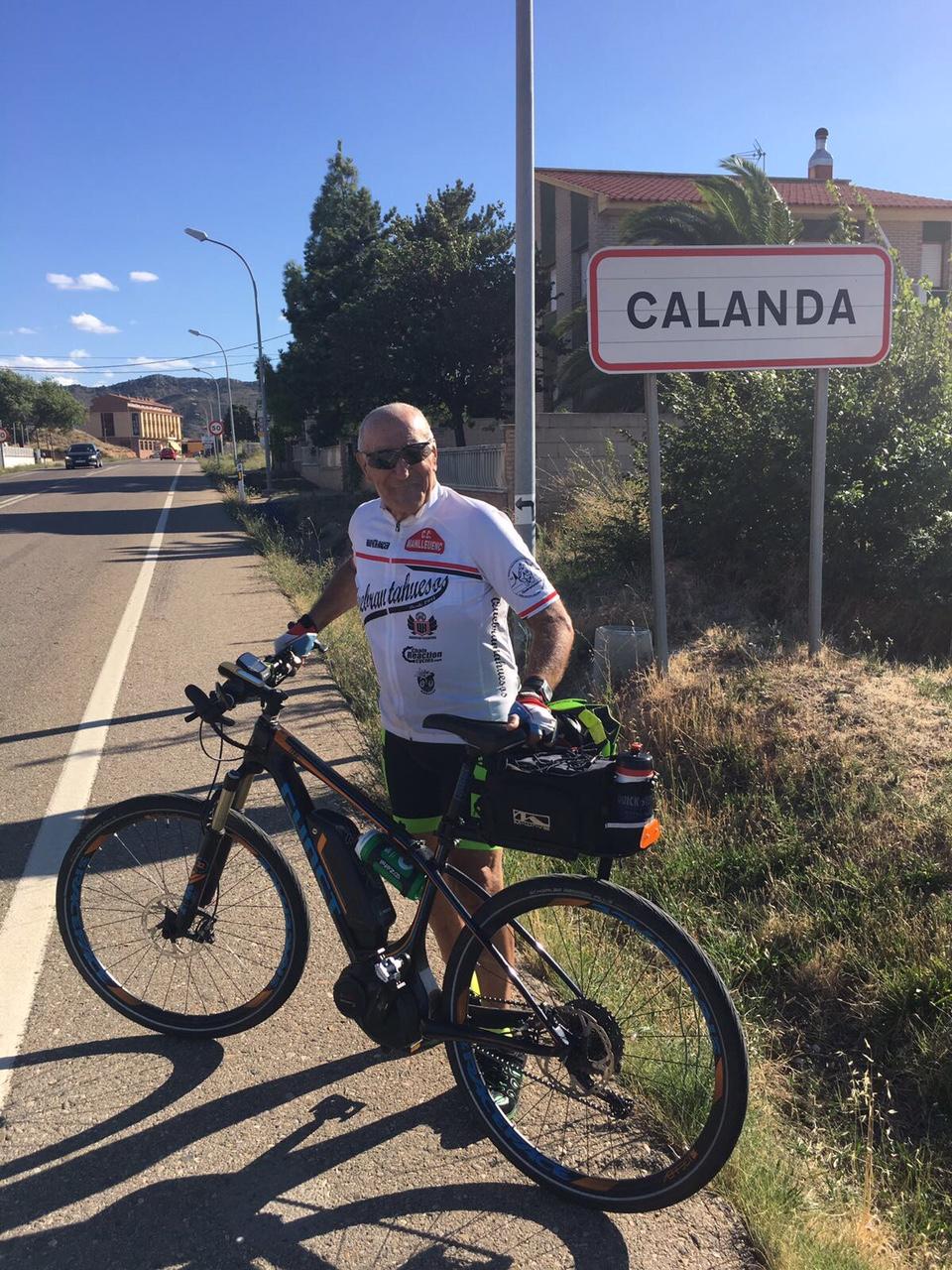 Manel Gascón a la seva arribada a Calanda, encara equipat de ciclista