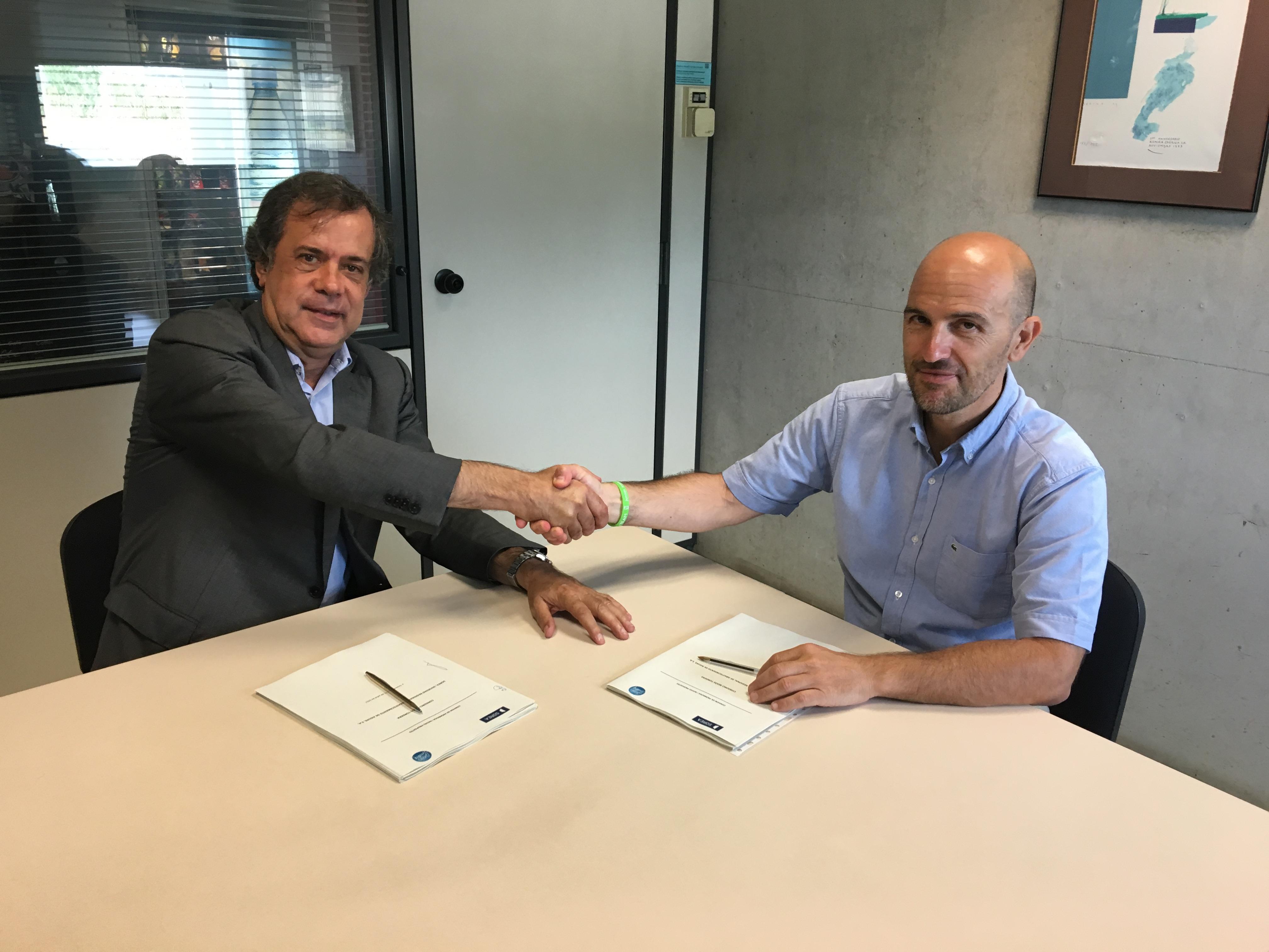 El responsable de concessions de Sorea, Ramon Albareda, i el president del Consorci Besòs Tordera, Sergi Mingote, després de firmar l'acord