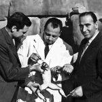 Jonch, a la dreta, amb dos tècnics del zoo, amb una granota d'Ikunde