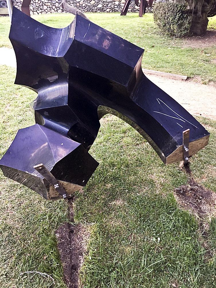 Una bretolada va acabar amb una escultura d'Antonio Niebla tombada