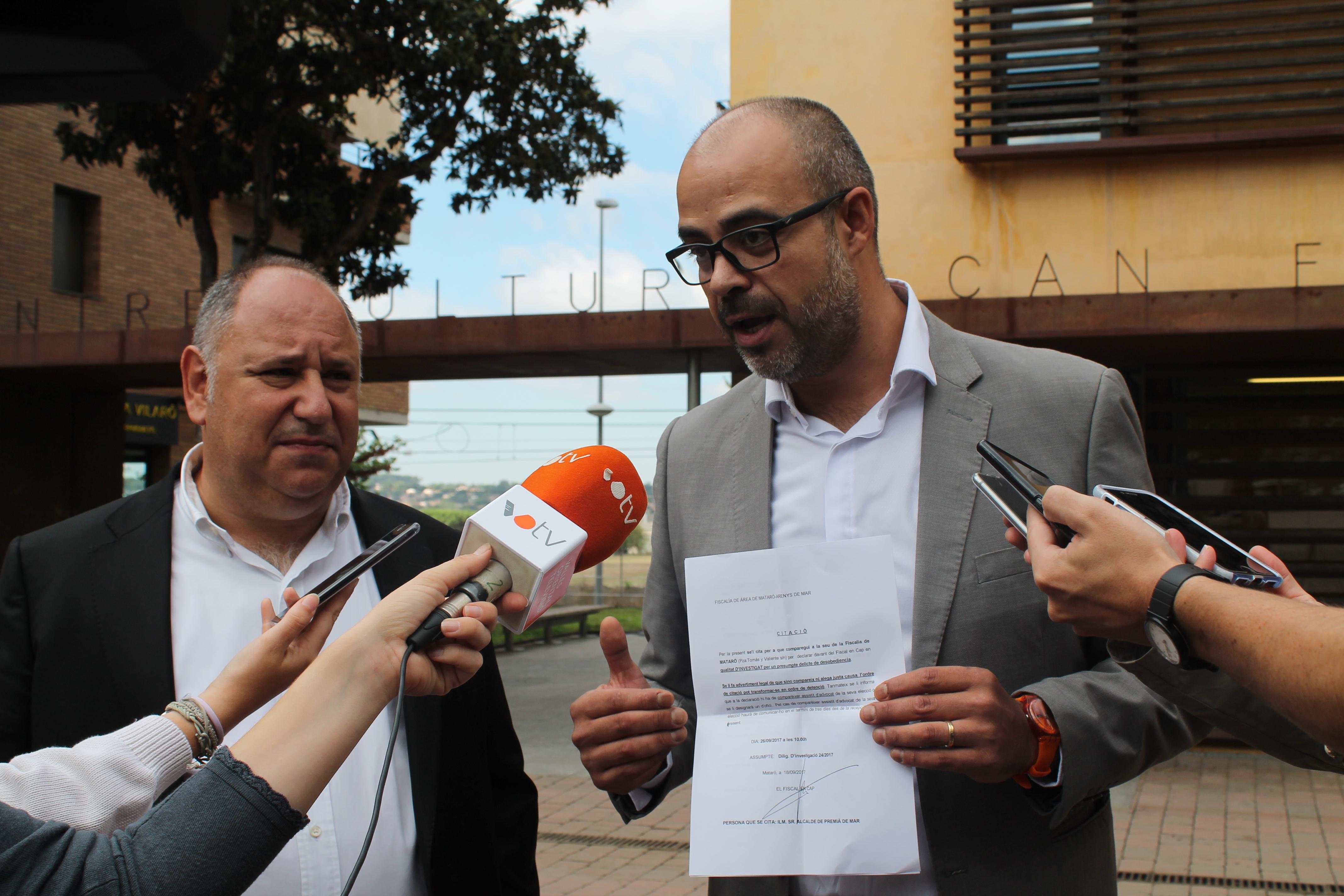 Miquel Buch, a la dreta, mostra la citació de Fiscalia, al costat de Francesc Colomé