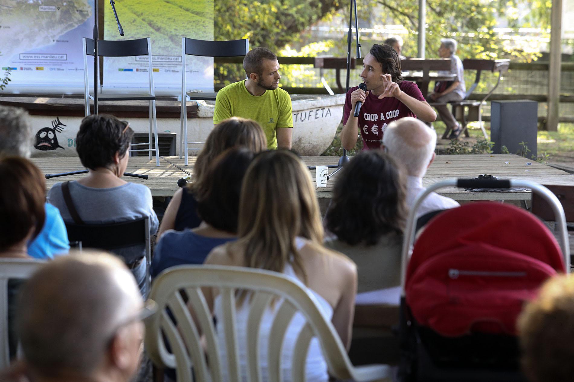Ruben Surinyach, a la dreta, va explcar què és l'Economia Social i Solidària a l'Embarcador del Ter de Manlleu
