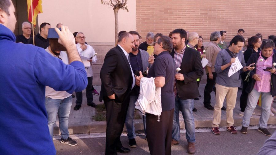 Arribada de l'alcalde, Francesc Colomé (PDeCAT) a la concentració // Josep Villarroya