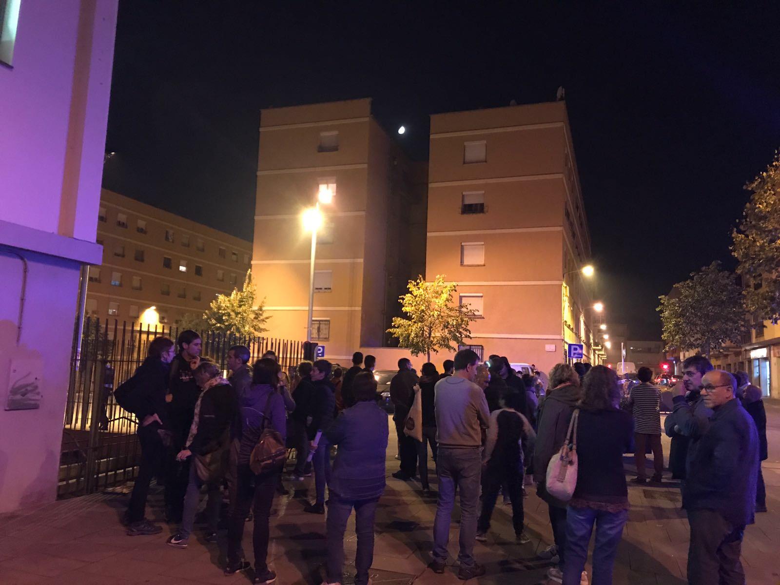 Persones concentrades aquest divendres al vespre davant l'escola Puig-Agut