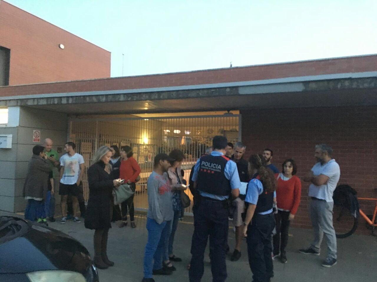 Moment en què els mossos han anat a l'escola Pompeu Fabra de Manlleu