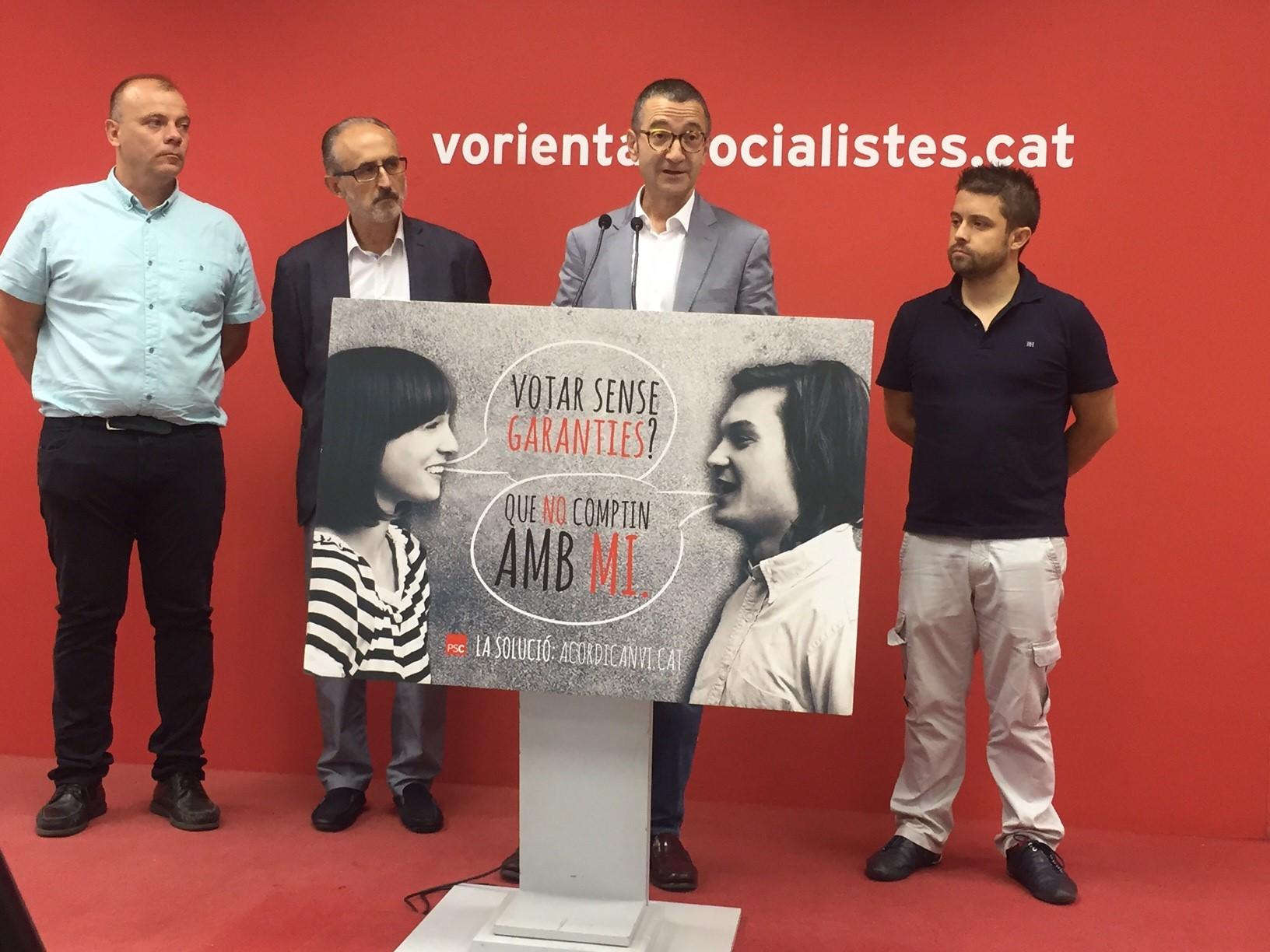 Jordi Terrades intervé en la presentació, amb els alcaldes Emilio Cordero i Josep Monràs a l'esquerra, i el primer secretari comarcal, Jonatan Martínez, a la dreta