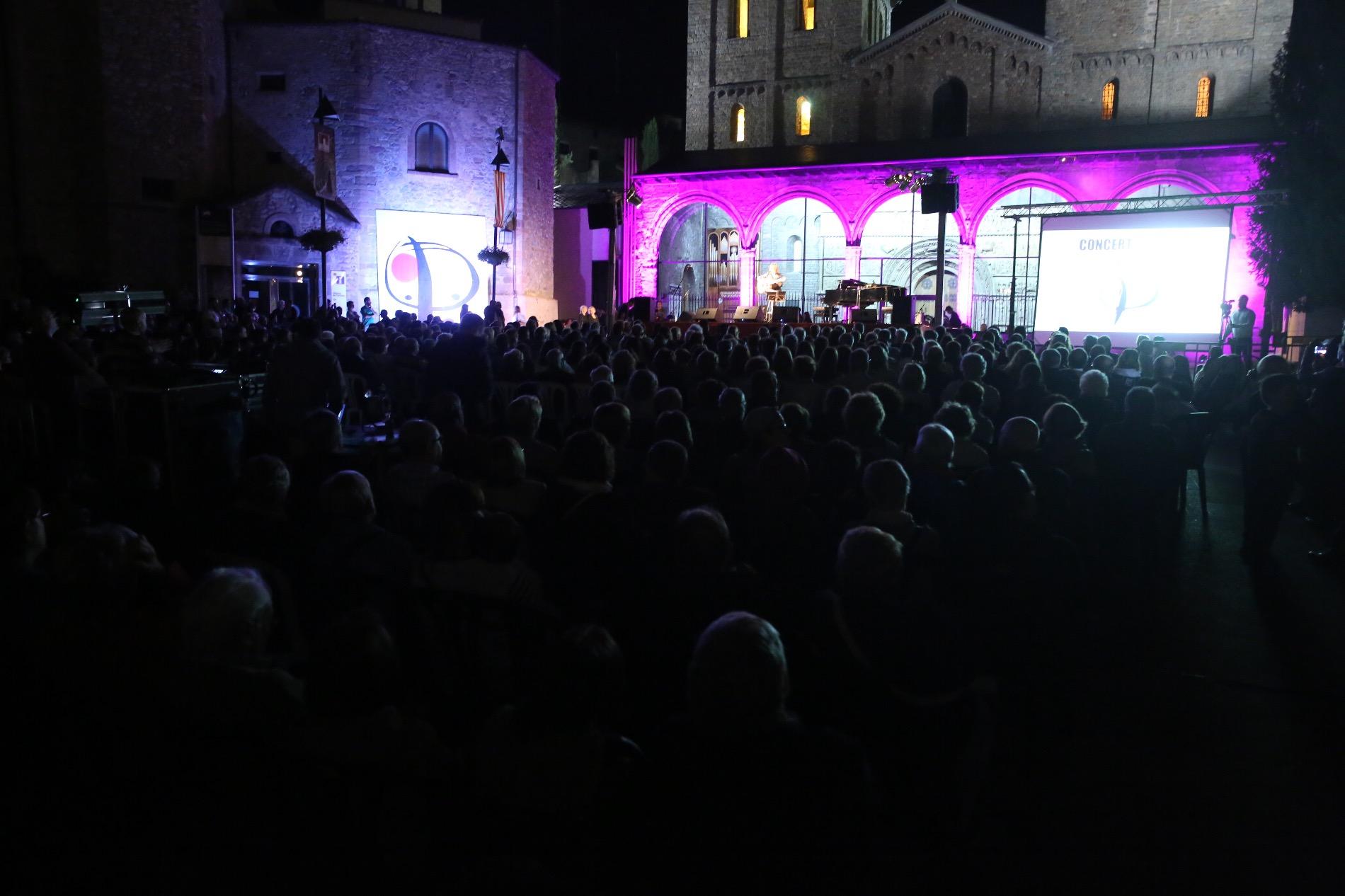 El públic omplia del tot la plaça del Monestir durant el concert