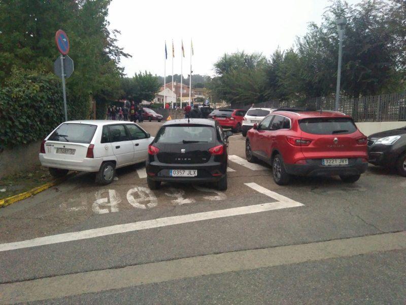 Tres cotxes tallen l'accés al local electoral de Cànoves // Ramon Ferrandis