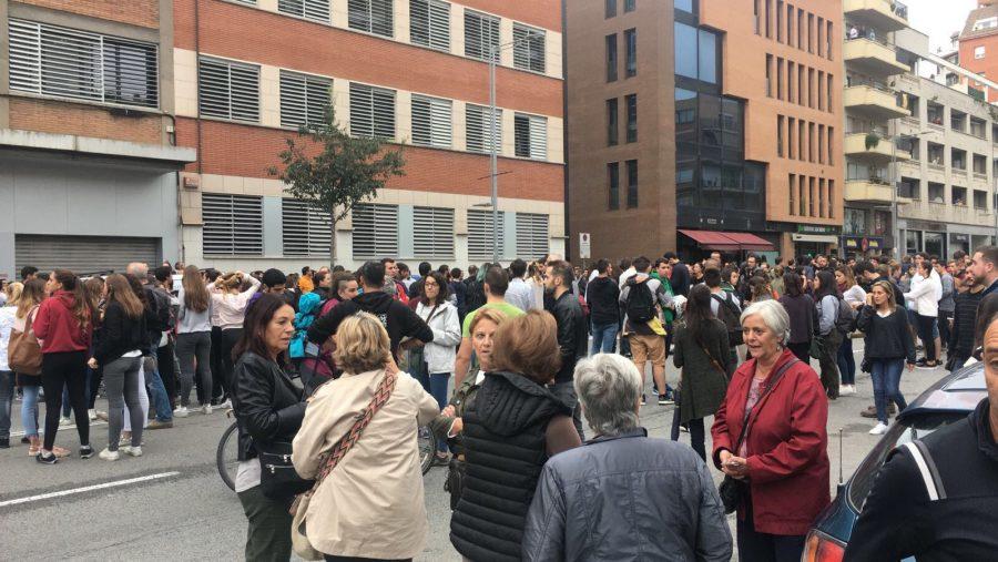 Un grup de persones a la calçada de l'avinguda Sant Esteve, davant de l'Escola Pia de Granollers // A.C.
