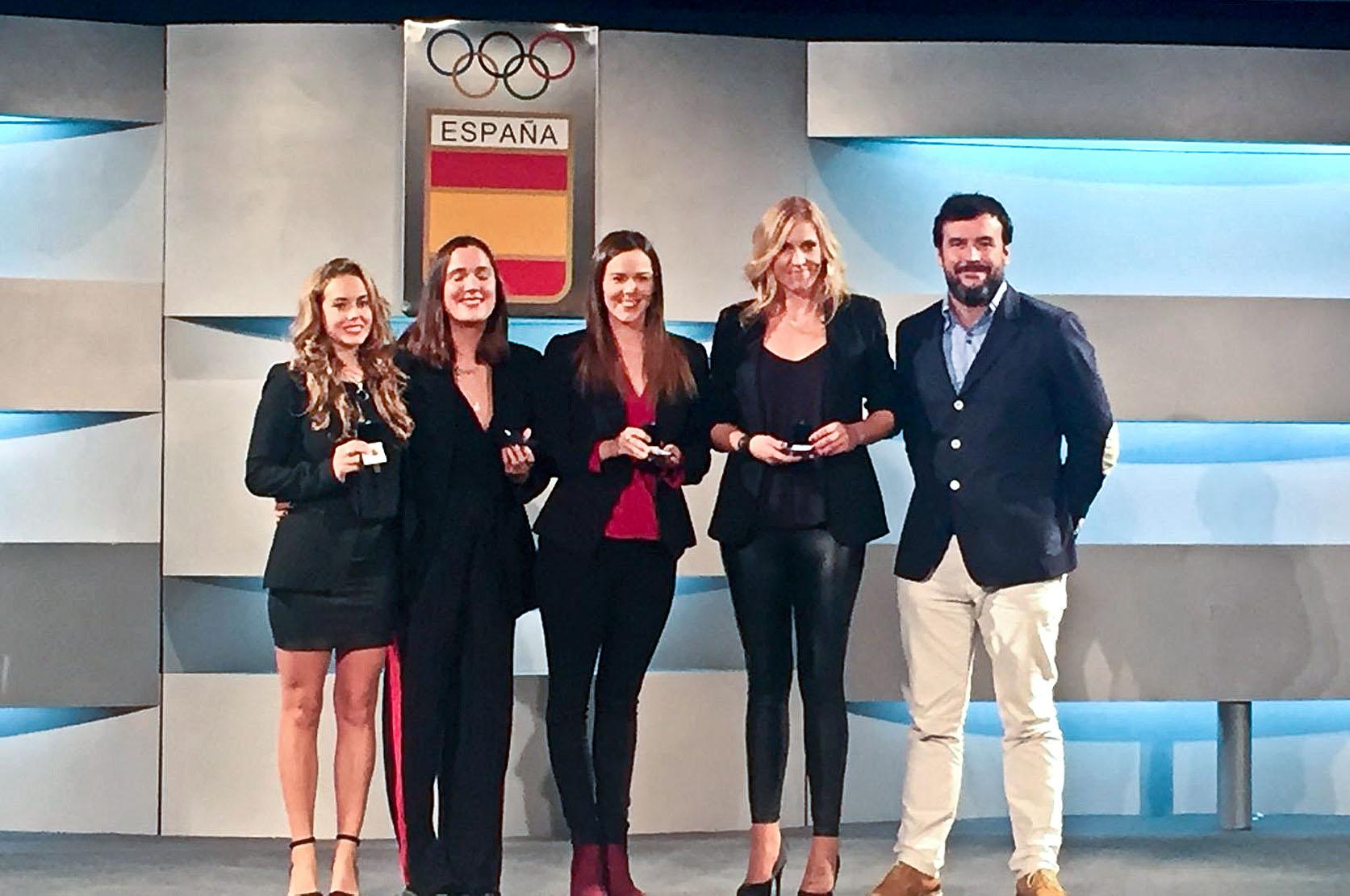 Cristina Salvador i Ana Copado, tercera i segona per la dreta, recollint la insígnia d'or de la federació, a Madrid