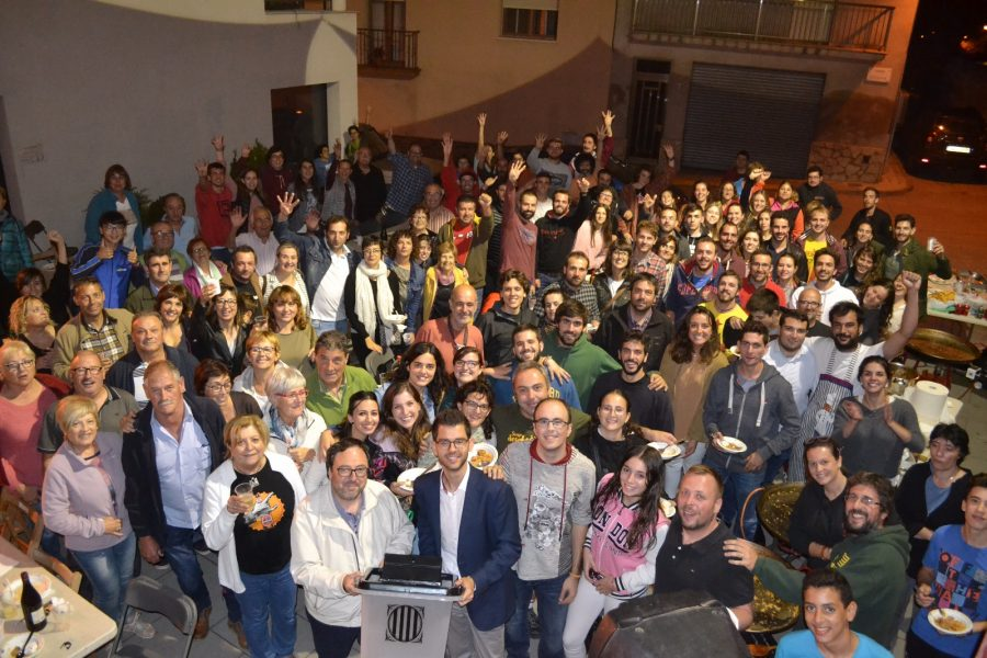 Foto de grup dels veïns de Sant Feliu i els de Fonollosa dilluns en aquest poble del Bages
