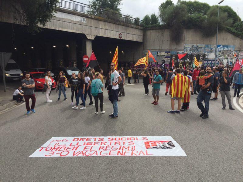 Els manifestants tallant la ronda Sud cap a les 12 del migdia / Ferran Polo