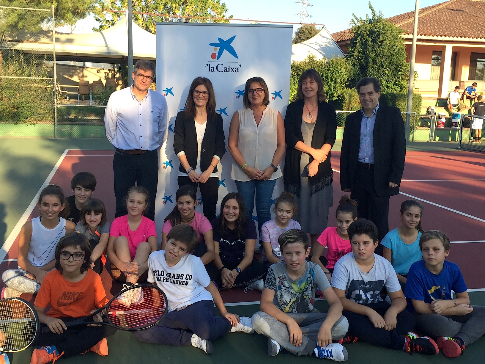 Representants del club, de La Caixa i inscrits a l'escola de tennis