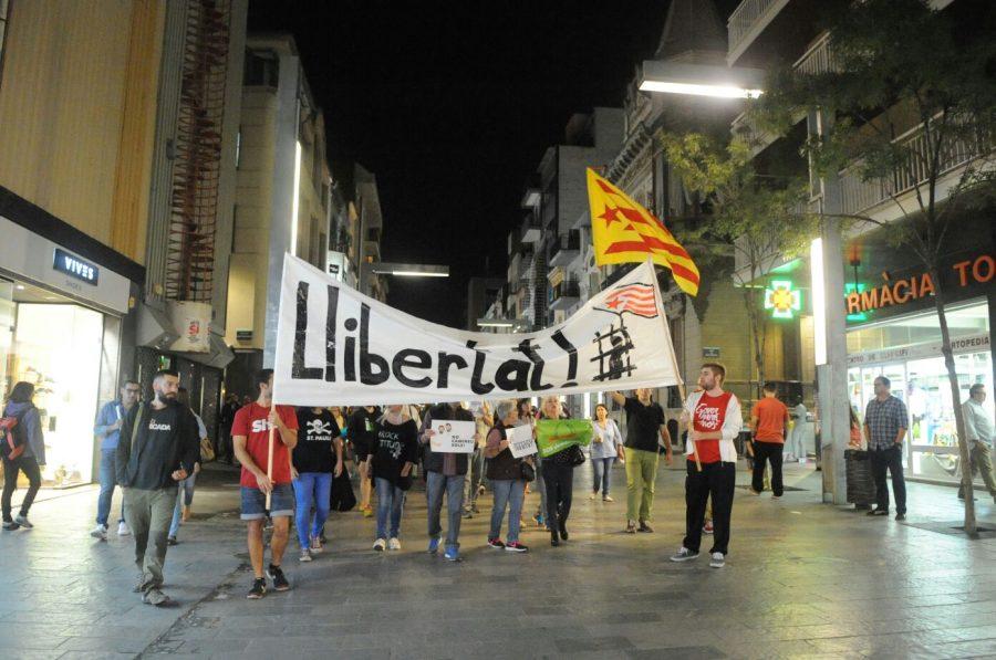 Grups de manifestants en el tram entre la Porxada i la plaça de la Corona // Ramon Ferrandis